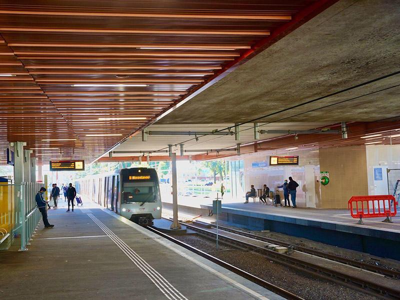 « Comme un tapis volant, flottant dans le ciel » : la gare Rotterdam Alexander se transforme avec de nouveaux panneaux acoustiques sur mesure, pour plafond et revêtement mural - Batiweb