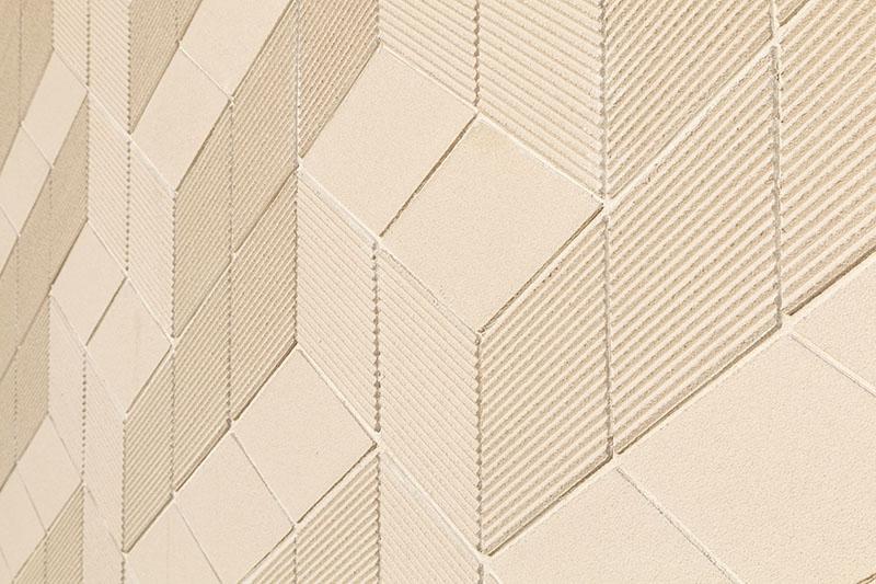 L'architecte détermine le format, la couleur et la texture des éléments d'enduit. Il réalise ainsi son motif unique et crée son plan de calepinage en toute liberté.