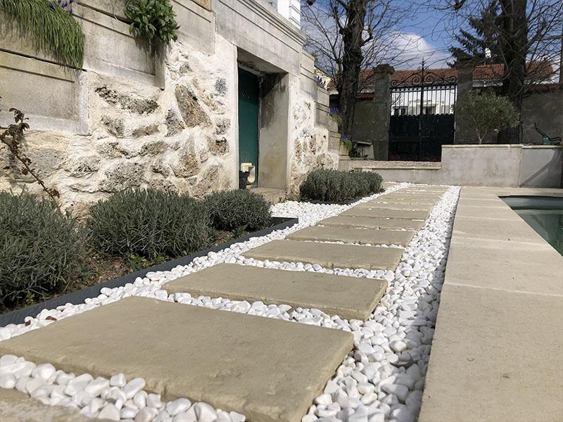 Un aménagement de tour de piscine sur mesure - Batiweb