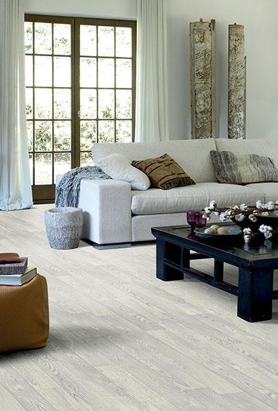 White Oak 979L La tendance bois clair se confirme pour 2021. Ici le sol amianté a été recouvert par la solution Resitex choisie en finition White Oak pour un effet chêne blanchi très lumineux.