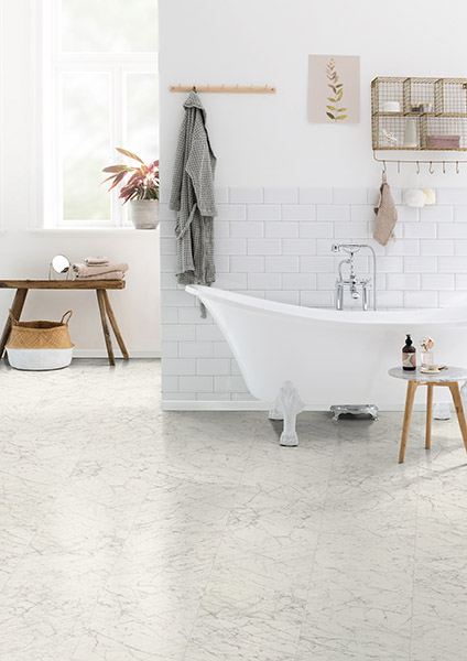 Le revêtement de sol EGGER PRO Stratifié Aqua+, résistant à l'humidité, convient parfaitement aux entrées, cuisines ou salles de bains, comme ici avec le décor EPL169 dans le style Future Retro.