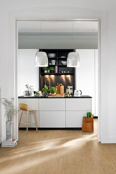 Le revêtement de sol EGGER PRO Design GreenTec, particulièrement robuste, peut être installé dans des environnements exigeants comme ici dans une cuisine, au style Pure Nature avec le décor EPD034 Chêne Berdal naturel.