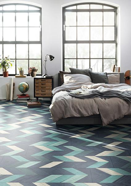 Cette chambre a été conçue dans le style Perfect Imperfection avec notre décor EPC036 Chêne Vidora coloré, notre sol EGGER PRO Comfort à base de liège.