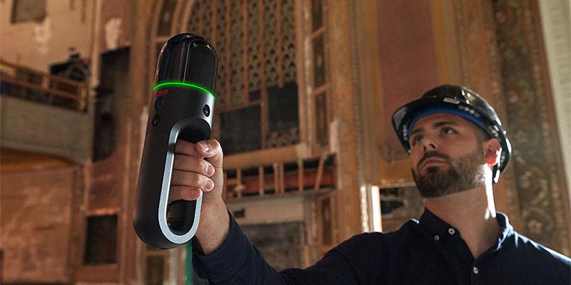 Le dernier né, le Leica BLK2GO, un scanner laser dynamique portable avec imagerie, une avancée majeure pour la capture de la réalité, lancé en 2020.