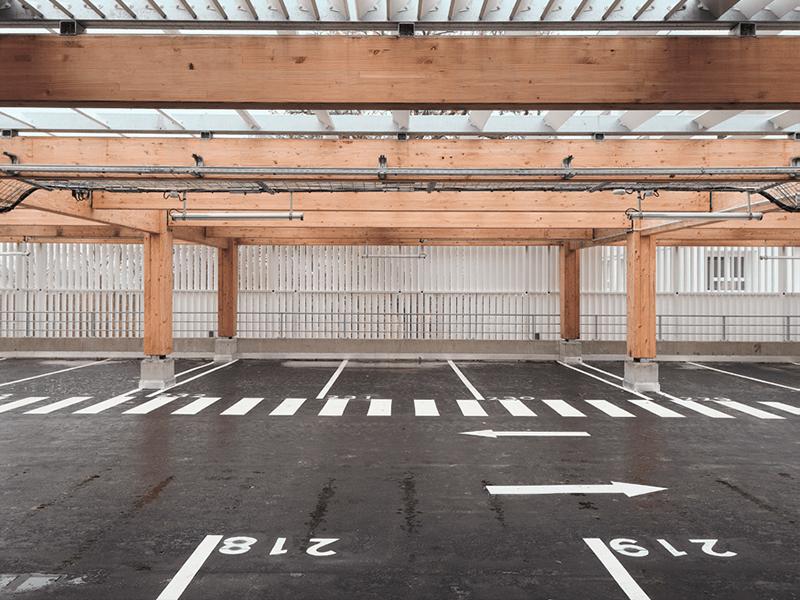 Vue intérieure du dernier niveau du parking silo du programme immobilier  Treed It à Champs-sur-Marne (77), recouvert en façades et en toiture des lames Recti'Ligne de Tellier Brise-Soleil.