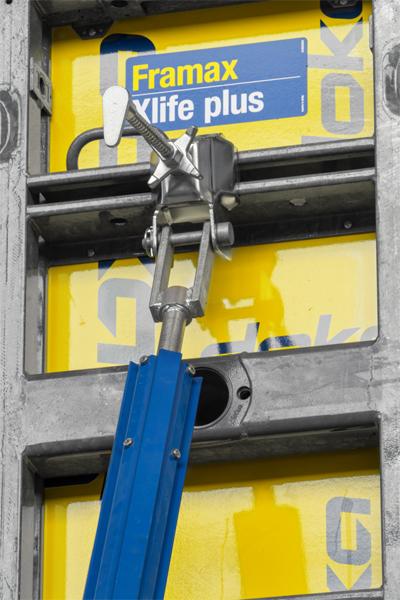 Bracon de stabilisation sur un coffrage de voile, avec set de connexion pour tête d'étançon.